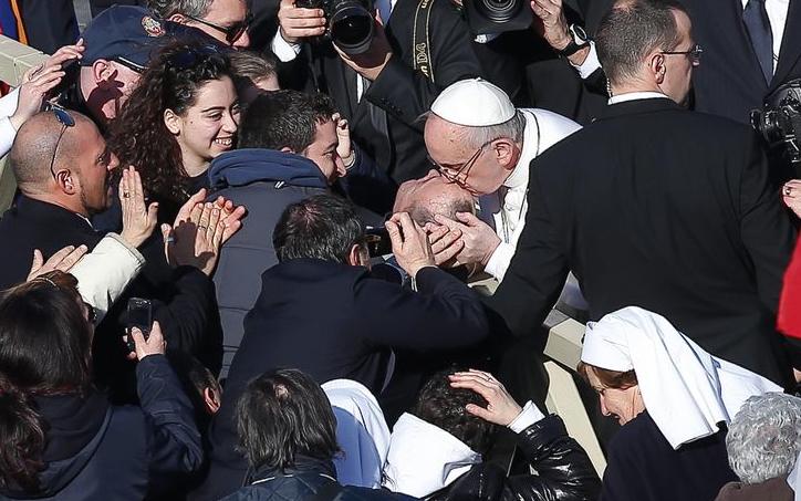 Il Papa in mezzo alla folla