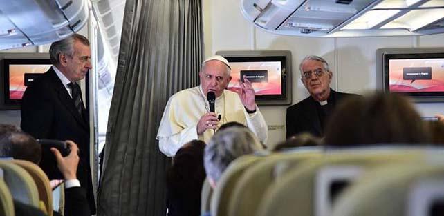 Il Papa in volo verso Manila (accanto a lui, Alberto Gasbarri e P. Federico Lombardi)