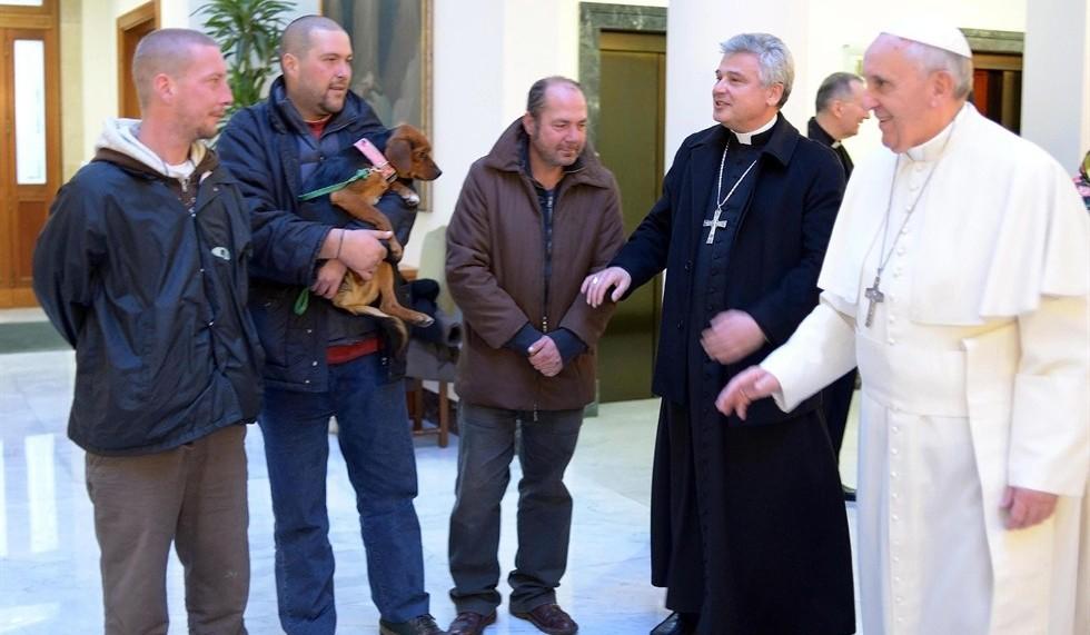 Papa Francesco e Mons. Krajewski con alcuni senzatetto