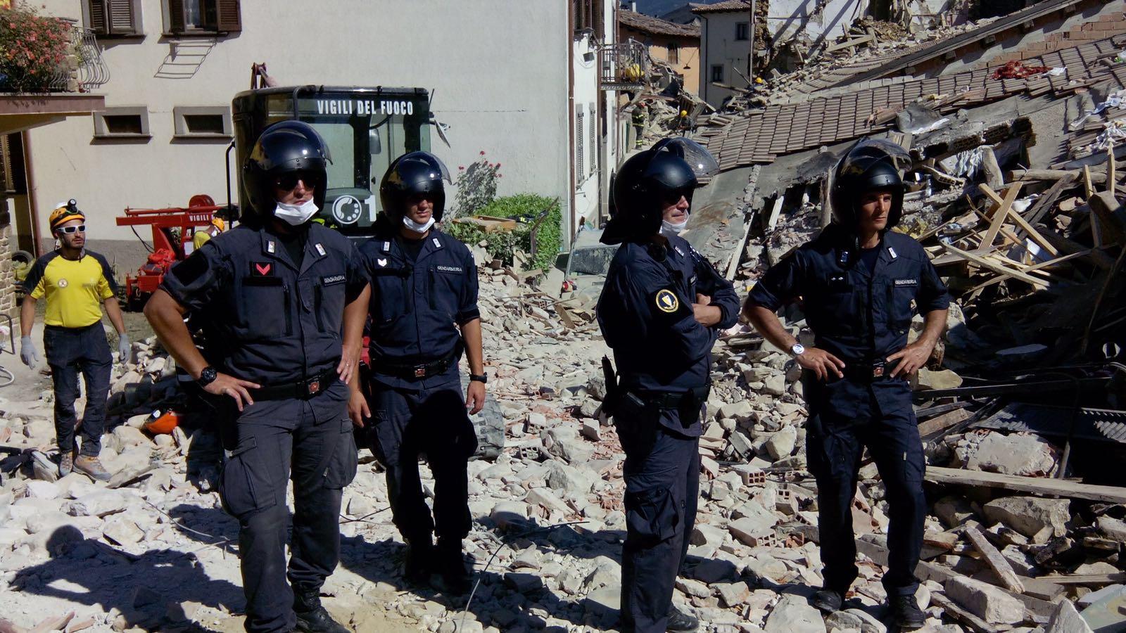 Uomini della Gendarmeria Vaticana tra le macerie ad Amatrice